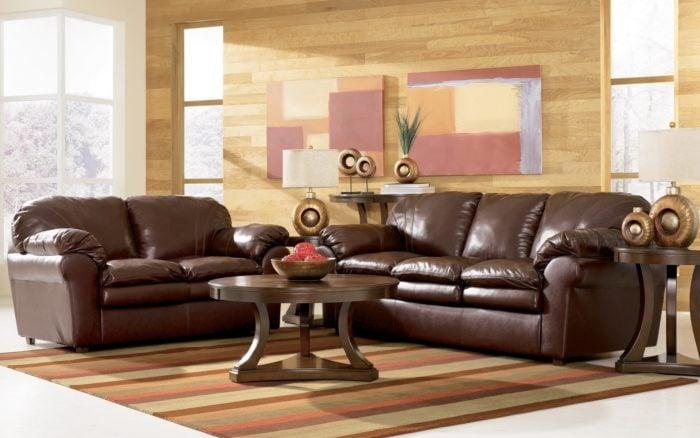 Ngoài vẻ sang trọng, sofa mang gam màu nâu da bò còn rất dễ vệ sinh và làm sạch
