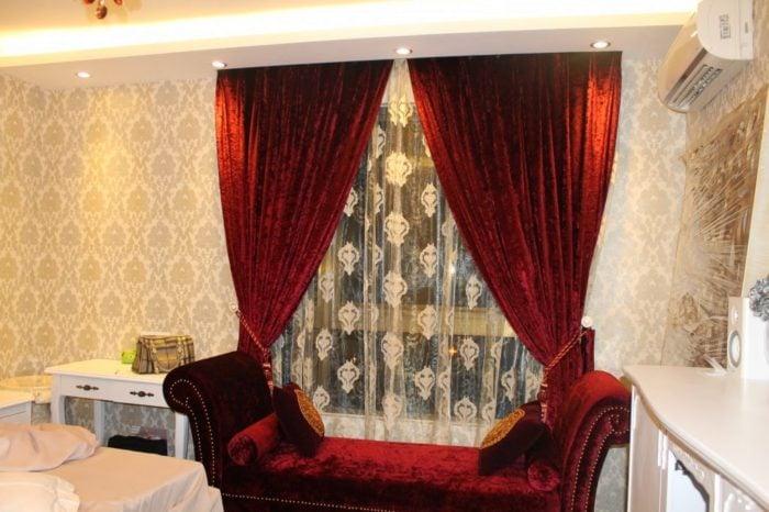 Không nên lựa chọn những mẫu rèm cửa chống nắng nóng với những gam màu rực như vàng hoặc đỏ. Như thế sẽ khiến căn phòng trở nên ngột ngạt hơn rất nhiều
