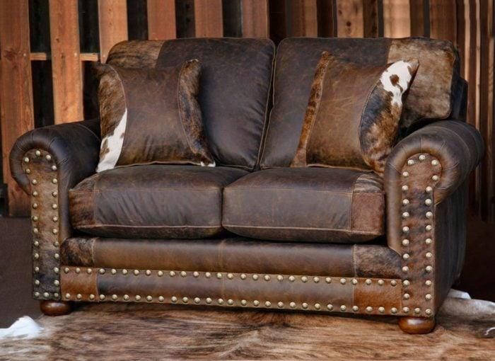 Mẫu sofa văng 2 chỗ cao cấp với những đường nét tinh xảo. Không chỉ là màu da bò truyền thống mà còn điểm thêm những bớp trắng. Hơn nữa, mặt phía trước còn được đính thêm rất nhiều đinh tán tạo điểm nhấn cũng như sự khoẻ khoắn