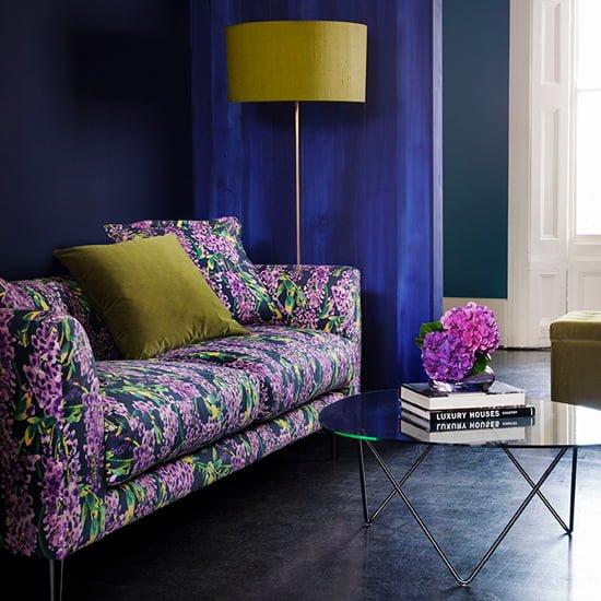 Ghế sofa vải hoa màu tím đẹp mắt.