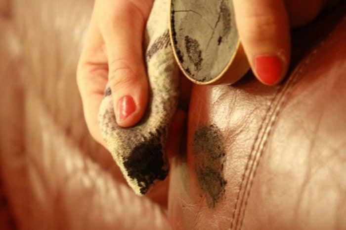 Thời tiết nồm ẩm là nguyên nhân chính gây ra những vết nấm mốc trên bộ ghế sofa da