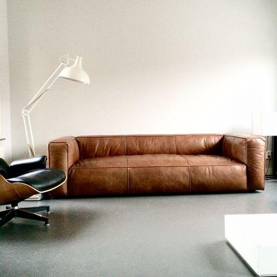 Những mẫu sofa đơn giản, ít chi tiết, nệm liền sẽ có giá thành bọc mới thấp hơn so với những mẫu sofa phức tạp