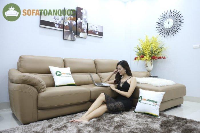 Với kiểu dáng sofa góc, sofa chữ L có thể giúp gia chủ tiết kiệm không gian và diện tích của căn phòng một cách đáng kể do tận dụng được tối đa những góc chết của căn phòng