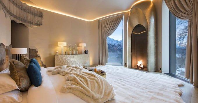 Căn phòng được kết hợp cực kỳ khéo léo và tinh xảo với tông màu be, trắng và anh sáng nhân tạo để mang tới cảm giác thanh lịch, trang nhã.