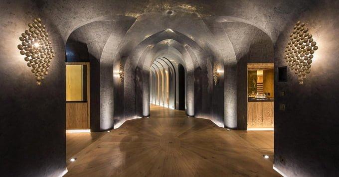 Lối cầu thang được trang bị với những hệ thống ánh sáng và mang phong cách giống hoàng cung