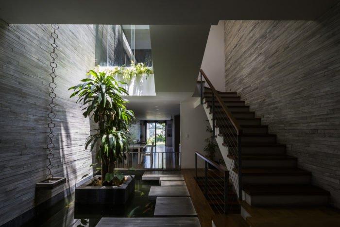 Ngôi nhà toạ lạc tại khu dân cư mới tại trung tâm Đà Nẵng khá được chú ý. Bước vào căn nhà có thể cảm nhận được rõ ràng những xô bồ và ồn ào của cuộc sống hiện đại như đã bỏ lại ngoài cửa trước khi bước vào căn nhà thiên nhiên này.