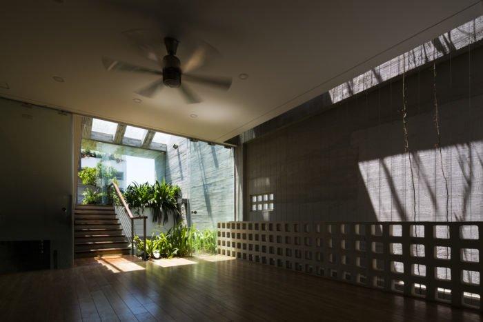 Với ý tưởng của mình, KTS đã tận dụng những tấm bê tông đúc sẵn nhằm rút ngắn đáng kể thời gian cũng như chi phí thi công căn nhà. Ngoài ra, trong không gian còn được bài trí những cây xanh để ngăn chặn tiếng ồn và bụi bẩn từ bên ngoài.