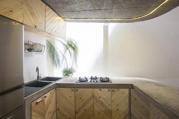 Bếp được sắp xếp khoa học, gọn gàng, sự xuất hiện của chất liệu gỗ làm cho không gian tương đối mộc mạc