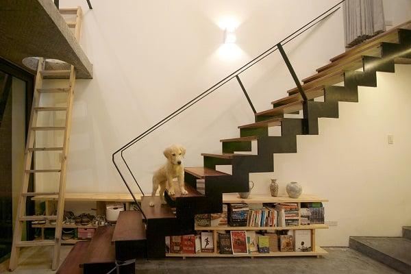 Những giá sách nhỏ được khéo léo đặt dưới gầm cầu thang để tiết kiệm diện tích