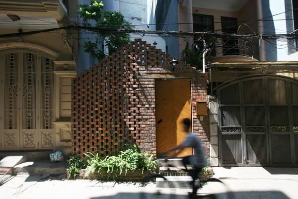 Nếu như cả con phố là những ngôi nhà phong cách hiện đại thì ngôi nhà của chàng Việt kiều độc thân lại tương đối mộc mạc. Nó như một dấu lặng của một bản giao hưởng ấn tượng
