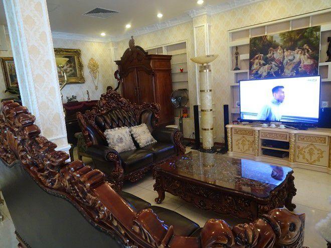 Kiểu dáng sofa văng kết hợp sofa đơn khiến không gian phòng khách không trở nên quá bó hẹp và gò bó
