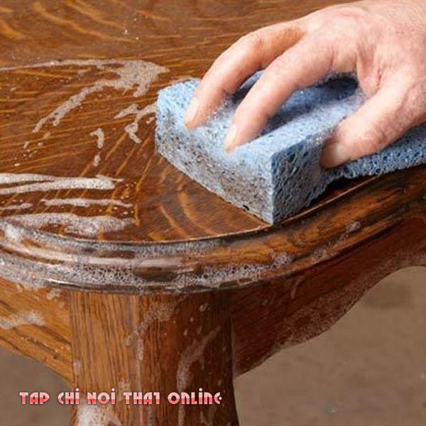 Hạn chế tối đa đổ nước, chất tẩy rửa trực tiếp lên bề mặt bàn trà. Nhất là các loại bàn trà bằng gỗ công nghiệp.
