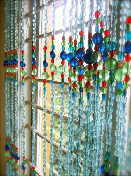 Đặc điểm chung của những mẫu rèm cửa hạt nhựa đó chính là chúng được tạo thành từ nhiều màu sắc, khiến căn phòng trở nên lung linh đầy sức sống. Dưới sự phản chiếu của ánh sáng tự nhiên, những mẫu rèm cửa hạt nhựa càng lấp lánh, tạo nên vô số những vệt sáng lung linh trong căn phòng