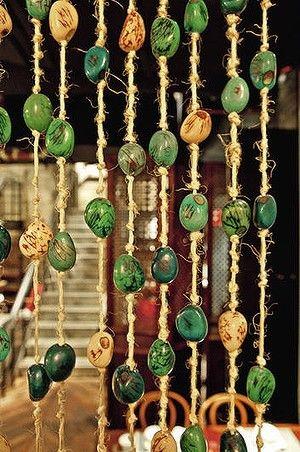 Không quá cầu kỳ và tận dụng những vật dụng hàng ngày kết hợp với sự khéo léo tạo ra tấm rèm cửa handmade ngây ngất vẻ đẹp