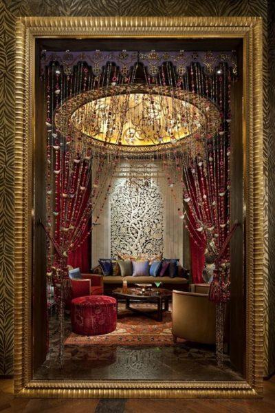 Những không gian cổ điển kết hợp với rèm cửa hạt nhựa phong cách Bohemian như một miếng ghép hoàn hảo mang tới vẻ đẹp cho căn phòng