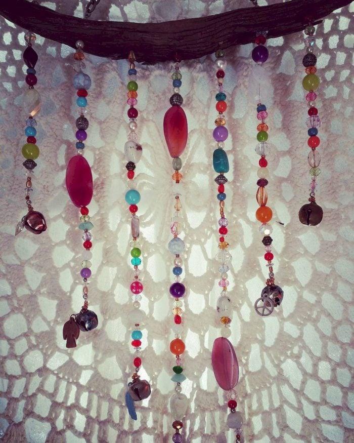 Nếu đã chót mê mẩn phong cách bohemian thì có thể tự làm rèm cửa hạt nhựa một cách đơn giản theo ý tưởng của mình. Lựa chọn những hạt cần trang trí và tiến hành sâu chuỗi chúng lại với nhau