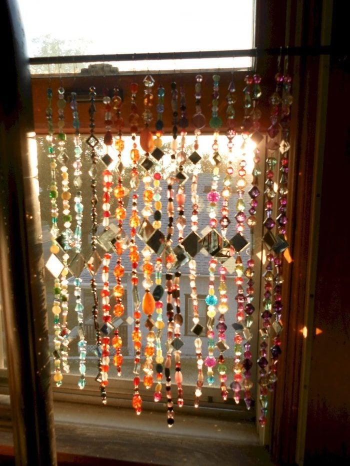 Dưới ánh sáng mặt trời những mẫu rèm cửa hạt nhựa giả pha lê theo phong cách Bohemian đẹp và sang trọng hơn rất nhiều, chúng lung linh huyền ảo nhảy múa dưới ánh sáng