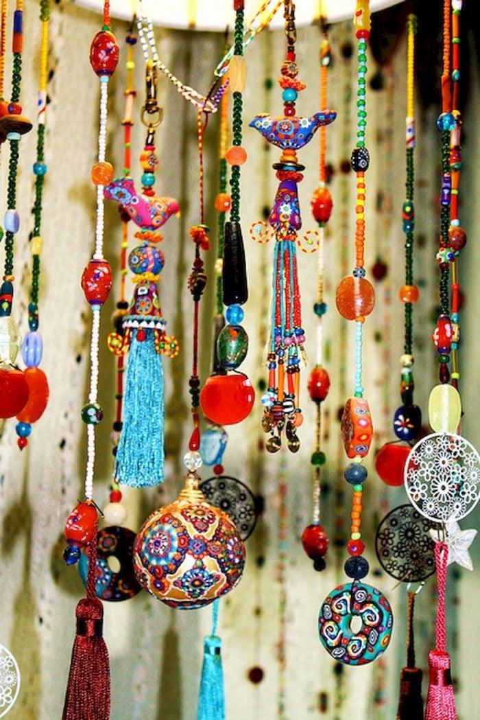 Bohemian là phong cách thời trang xuất hiện khoảng 200 năm trước và cho tới ngày nay, phong cách này vẫn tiếp tục được yêu thích. Đặc điểm nổi bật của phong cách Bohemian chính là màu sắc đa dạng kết hợp với những vật dụng quen thuộc tạo nên sức sống của sản phẩm