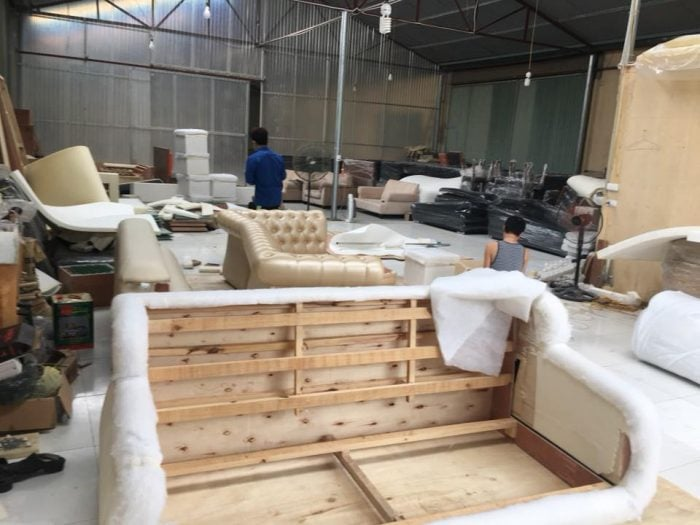Những bộ sofa được đóng mới, bọc lại liên tục, nhất là trong những ngày cuối năm cực kỳ bận rộn tại Sofa Toàn Quốc