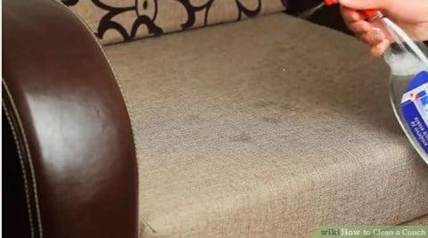 Ngoài xà phòng, gia chủ có thể sử dụng cồn để làm sạch ghế sofa vải một cách dễ dàng