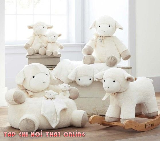 Trên hình là bộ thú nhồi bông một gia đình của những chú cừu. Vừa kiêm nhiệm vụ làm ghế sofa tập ngồi hình thú cho trẻ vừa giúp trẻ chơi đùa khi cần