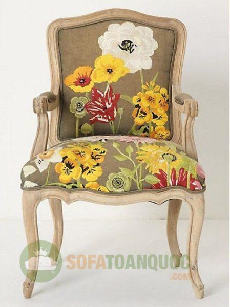 Phong cách cũ kỹ theo kiểu Vintage đang trở thành trào lưu hiện nay. Mẫu sofa đơn đẹp được trang trí bằng những những bông hoa theo kiểu dáng tranh sơn dầu mang giá trị nghệ thuật cao