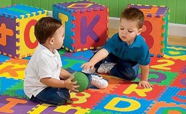 Thảm chơi cho trẻ em cần đảm bảo không có những hoá chất độc hại ảnh hưởng tới sức khoẻ của trẻ