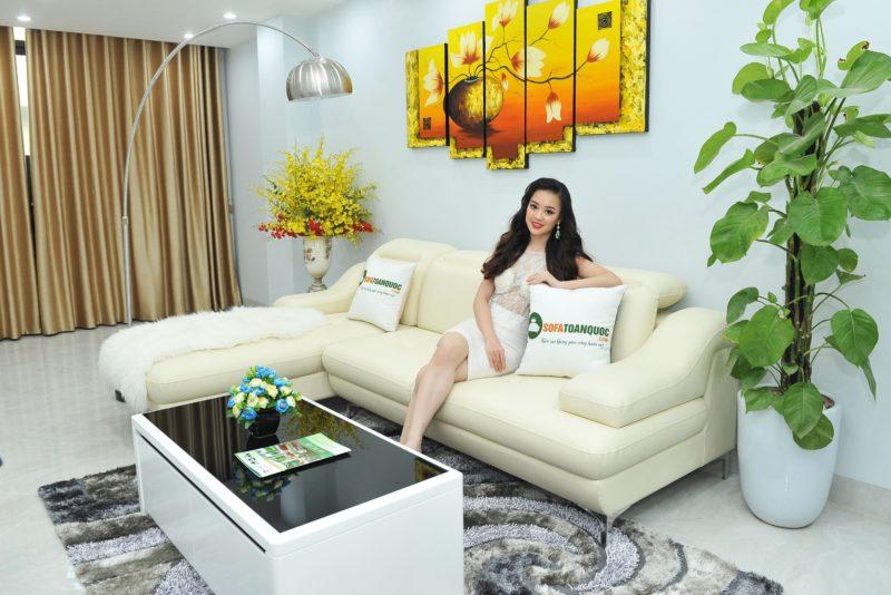 Mẫu ghế sofa giá khoảng 16 triệu kích thước nhỏ nhắn. Chất liệu da bọc công nghiệp chân inox sáng bóng.