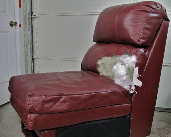 Bọc mới lại bộ ghế sofa da là việc nên làm khi chúng bị rách hoặc cũ