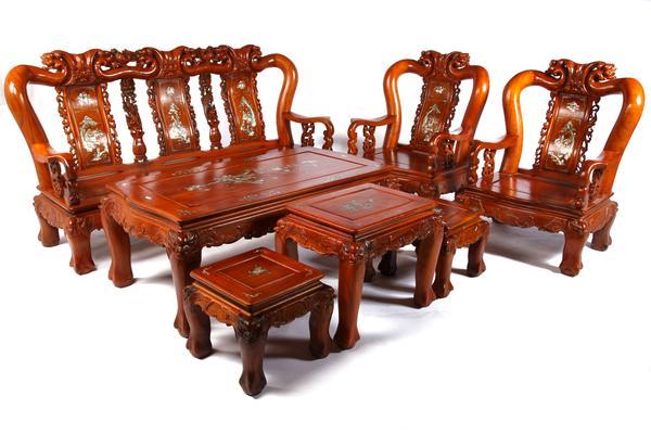 Tranh cãi không biết nên chọn sofa hay bàn ghế gỗ cho phòng khách gia đình