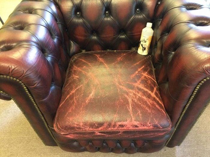 Bộ sofa có khung vẫn còn tốt nhưng lớp da bên ngoài đã bị hỏng thì nên nghĩ tới phương án để bọc lại