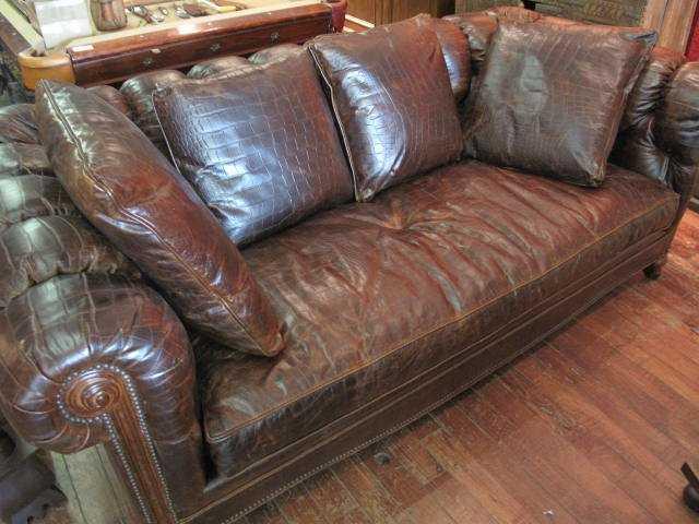 sofa văng kèm gối bằng da cá sấu