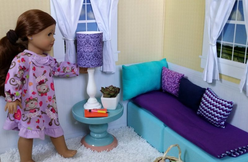 Sofa góc nhỏ được bài trí sát ngôi nhà búp bê giúp tận dụng diện tích