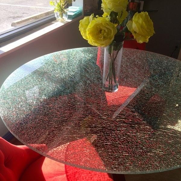 bàn trà mặt kính bị nứt nẻ do nhiệt độ
