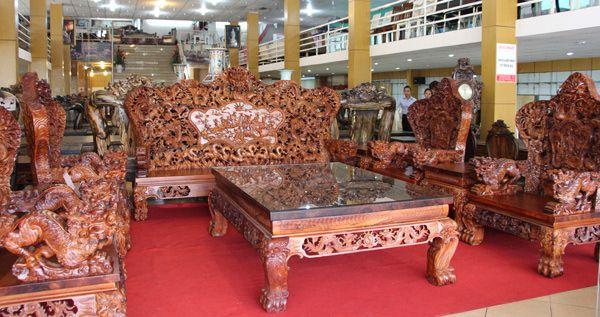 Bộ bàn ghế gỗ sưa có giá trị lên tới hàng trăm tỉ đồng.
